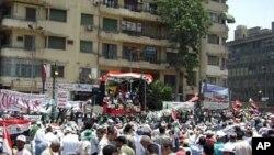 Masu zanga zanga suka hallara a dandalin Tahrir dake Alkahira.