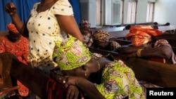 5月11日在西非一家教堂里人们为被绑架的276名尼日利亚女孩祈祷