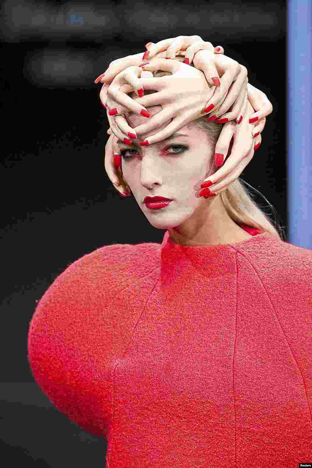 អ្នកបង្ហាញម៉ូតម្នាក់បង្ហាញស្នាដៃច្នៃប្រឌិតដោយសិល្បករ Anita Zmurko-Sieradzka នៅក្នុងកម្មវិធីបង្ហាញម៉ូត «Fashionable East - Fashion Week» នៅក្នុងទីក្រុង Bialystok ភាគខាងកើតនៃប្រទេសប៉ូឡូញ កាលពីថ្ងៃទី១ ខែសីហា ឆ្នាំ២០១៥។