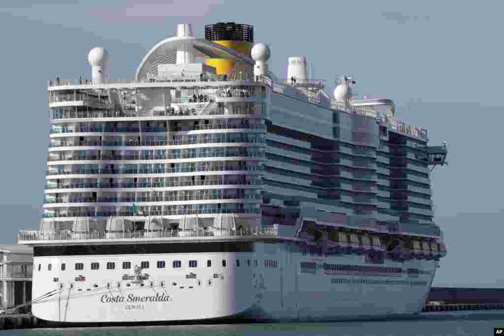 کشتی تفریحی اسمرالدا در بندری در نزدیکی رُم در ایتالیا بعد از گزارش موارد شبه آنفلوآنزا، پهلو گرفت تا مسافران و کارکنان کشتی مورد معاینه قرار بگیرند.