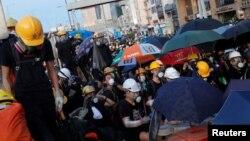 28일 홍콩 도심에서 '범죄인 인도 조례' 개정안에 반대하는 시위대들이 모여 있다.