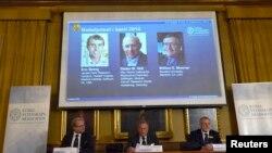 Sven Lidin, Staffan Normark və Mans Ehrenberg İsveç Kral Akademiyasında kimya üzrə 2014-cü il Nobel mükafatı qaliblərini elan edirlər. 8 oktyabr, 2014.
