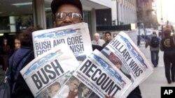 Foto del 8 de noviembre de 2000 en donde Willie Smith muestra cuatro copias del Chicago Sun-Times, cada una con cuatro titulares diferentes que van desde recuento hasta anunciar el triunfo de Bush y el de Al Gore.