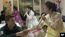 지난 3월 네덜란드 암스테르담의 북한 식당에서 공연하는 북한 종업원들(오른쪽).
