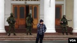 Pasukan bersenjata terlihat berpatroli di bandara Simferopol di semenanjung Krimea, Ukraina (28/2).