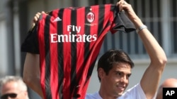 意大利AC米兰足球俱乐部的队员举着他的球衣(2013年9月2日)