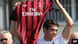 """Kaka con la camiseta del AC Milán, """"vuelvo a casa"""" afirmó el brasileño, quien fue recibido por dos centenares de """"tifosi""""."""
