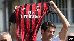Tuyển thủ Brazil Ricardo Kaka khi đến nhận chiếc áo của câu lạc bộ AC Milan năm 2007