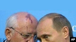 前苏联领导人戈尔巴乔夫(左)和普京在一起的资料照片