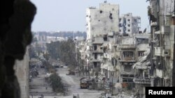Deretan bangunan yang hancur di kota Homs, terlihat sepi saat dikepung oleh pasukan Pemerintah Suriah (9/1).