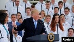 도널드 트럼프 미국 대통령이 27일 평창 동계올림픽에 참가했던 미국 대표팀 선수들을 백악관으로 초대했다.