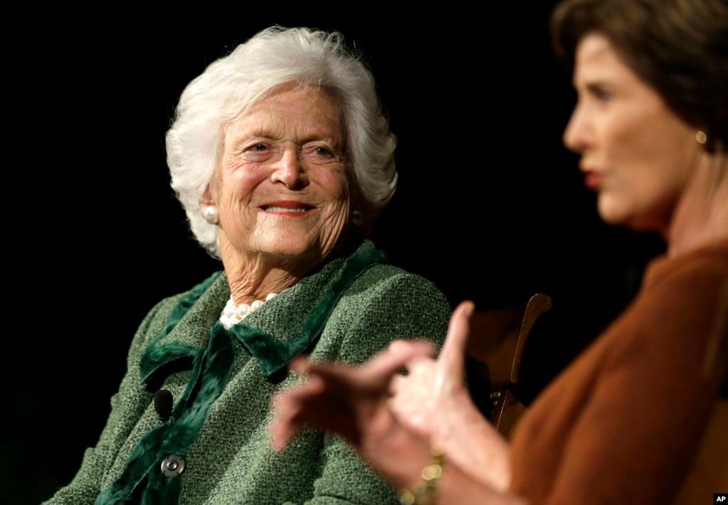 """2012年11月15日,兩位美國前第一夫人,芭芭拉·布什和她的兒媳勞拉·布什參加""""美國第一夫人持久遺產""""會議。"""