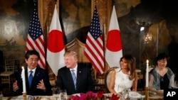 川普和日本首相安倍星期三在川普的佛羅里達州海湖莊園會談