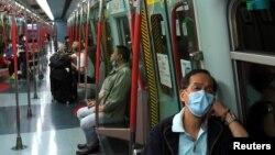 Hành khách đeo khẩu trang trên một tàu điện tại Hong Kong, ngày 4/2/2020.