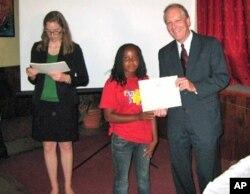 Porta-voz da embaixada dos EUA em Luanda, Adelle Gillen (esq.), com o embaixador Christopher McMullen, numa actividade recente na Huíla (foto de arquivo)