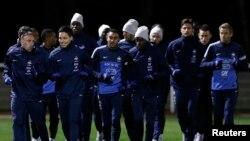 Timnas Perancis melakukan latihan di stadion kota Clairefontaine, dekat Paris, sebagai persiapan menghadapi pertandingan menentukan melawan Ukraina, Selasa (19/11). Perancis harus menang dengan selisih lebih dari 2 gol.