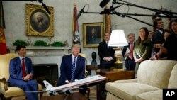 Tổng thống Donald Trump nói chuyện với báo chí trong một cuộc hội kiến với Thủ tướng Canada Justin Trudeau trong Phòng Bầu dục ở Nhà Trắng, ngày 20 tháng 6, 2019, ở Washington