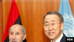 Pemimpin Dewan Transisi Libya, Mustafa Abdul-Jalil (kiri) dengan Sekjen PBB Ban Ki-Moon sebelum pertemuan mereka di Tripoli, Libya (3/11).