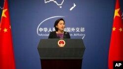 화춘잉 중국 외교부 대변인이 정례브리핑에서 기자들의 질문에 답하고 있다.