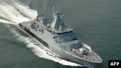 Tàu KD Selangor của Hải quân Hoàng gia Malaysia KD Selangor khởi hành để hỗ trợ việc tìm kiếm chiếc máy bay mất tích, ngày 18/3/2014.