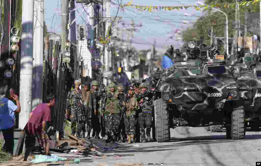 Government troops prepare an assault on Muslim rebels in Zamboanga, Philippines, Sept. 13, 2013.