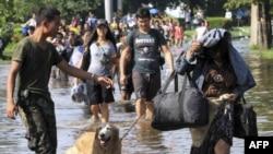 Binh sĩ Thái Lan giúp đỡ người dân sơ tán tại khu vực Nawa Nakhon ở vùng ngoại ô Bangkok, ngày 18/10/2011