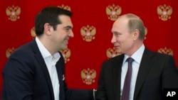 ប្រធានាធិបតីនៃប្រទេសរុស្ស៊ី Vladimir Putin (ស្តាំ) និងនាយករដ្ឋមន្ត្រីក្រិក Alexis Tsipras ចាប់ដៃស្វាគមន៍នៅក្រោយជំនួបនៅវិមានក្រឹមឡាំងក្នុងទីក្រុងម៉ូស្គូ ប្រទេសរុស្ស៊ី កាលពីថ្ងៃពុធ ទី៨ ខែមេសា ឆ្នាំ២០១៥។