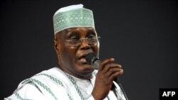L'ancien vice-président Atiku Abubakar fait campagne pour les votes lors des primaires présidentielles du Parti démocratique du peuple au pouvoir à Abuja le 14 janvier 2011.
