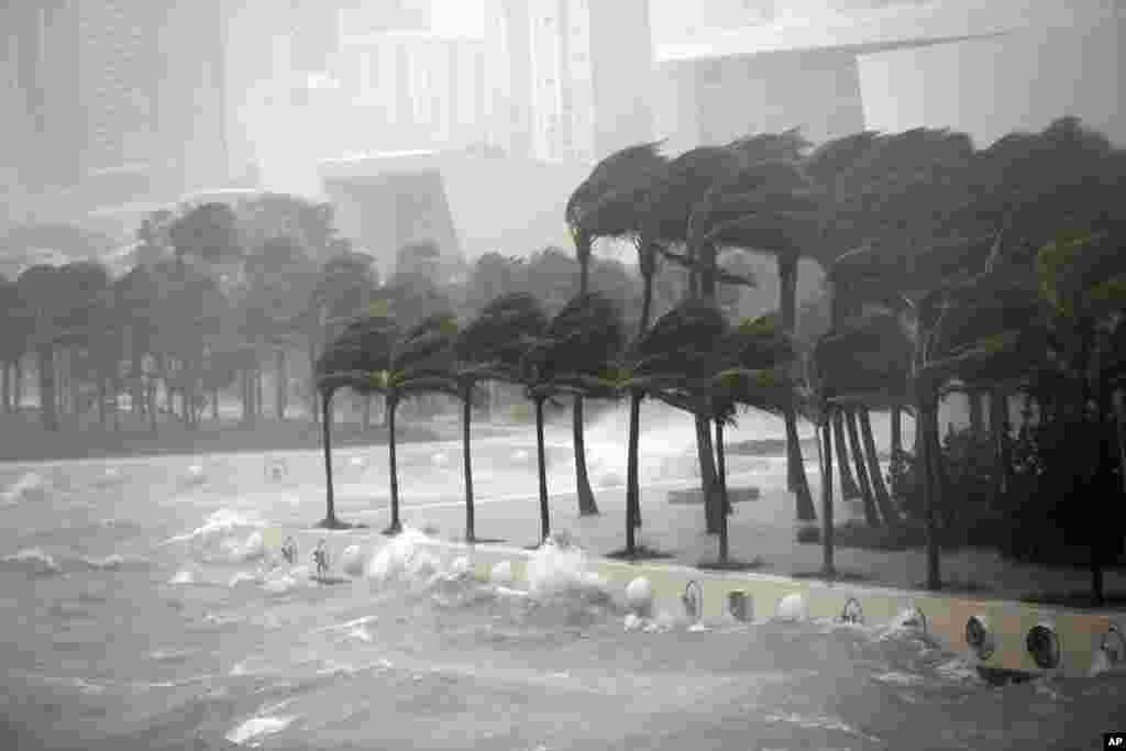 ទឹករលកបោកខ្ទប់ជាមួយនឹងជញ្ជាំងការពារទឹកសមុទ្រនៅឆកសមុទ្រ Biscayne Bay នៅពេលដែលព្យុះសង្ឃរា Irma បោកបក់កាត់ឆ្នេរ Miami ក្នុងរដ្ឋ Florida កាលពីថ្ងៃទី១០ ខែកញ្ញា ឆ្នាំ២០១៧។