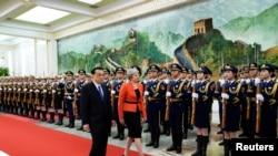 英国首相特蕾莎·梅和中国国务院总理李克强2018年1月31日在北京人民大会堂的欢迎仪式上检阅仪仗队。