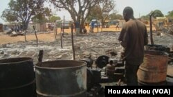 Sur le marché de Aweil après un incendie, au Soudan du Sud, le 28 mars 2013.