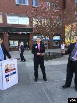 共和党候选人郑永佳在孔子大厦前拉票 (美国之音方冰拍摄)
