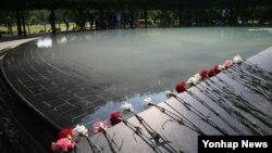 6·25전쟁 정전 62주년을 앞둔 26일 미국 워싱턴D.C 한국전쟁 참전용사 기념공원에 전사자들에게 바치는 카네이션이 놓여 있다. (자료사진)