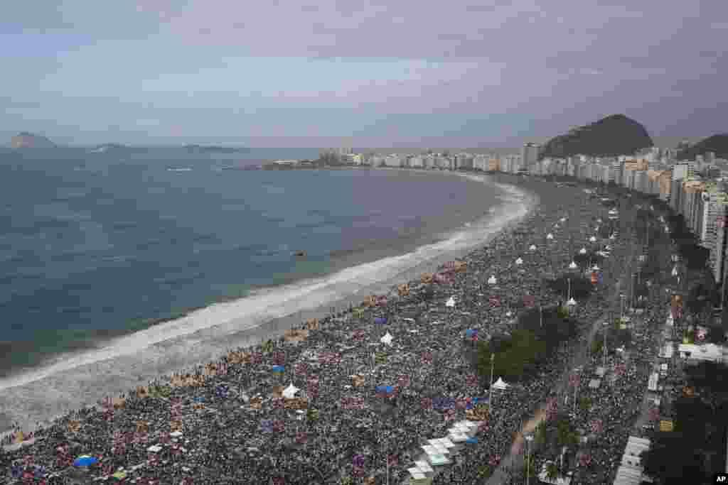 Tín hữu đứng chật bãi biển Copacabana ở Rio de Janeiro trong thánh lễ cuối cùng vào Ngày Giới Trẻ Thế Giới, 28/7.