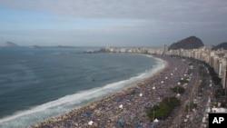 Pantai Copacabana di Rio de Janeiro yang menjadi tujuan wisata, ternyata menjadi lokasi pembuangan limbah (foto: dok).
