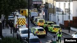 警车停在英国伦敦的森斯·格林地铁站附近的街道上。(2017年9月15)