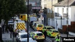 Mobil polisi berjajar di jalan dekat stasiun kereta bawah tanah Parsons Green di London, Inggris, 15 September 2017.