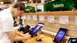 Các máy tính bảng trở nên phổ biến sau khi công ty Apple trình làng iPad hồi năm 2010.