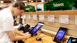 Penjualan tablet diperkirakan akan mencapai 250 juta unit tahun 2013, atau meningkat lebih dari 60 persen dari tahun sebelumnya (foto: dok).