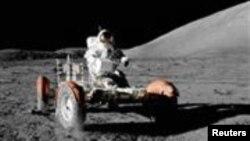 Командир миссии «Аполлон-17» Юджин Сернан за рулем лунного «ровера». Снимок сделан Харрисоном Шмиттом из лунного модуля, 11 сентября 1972 года