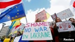 Manifestantes protestan ante la sede de la Unión Europea en Bruselas contra la presencia de tropas rusas en Ucrania.