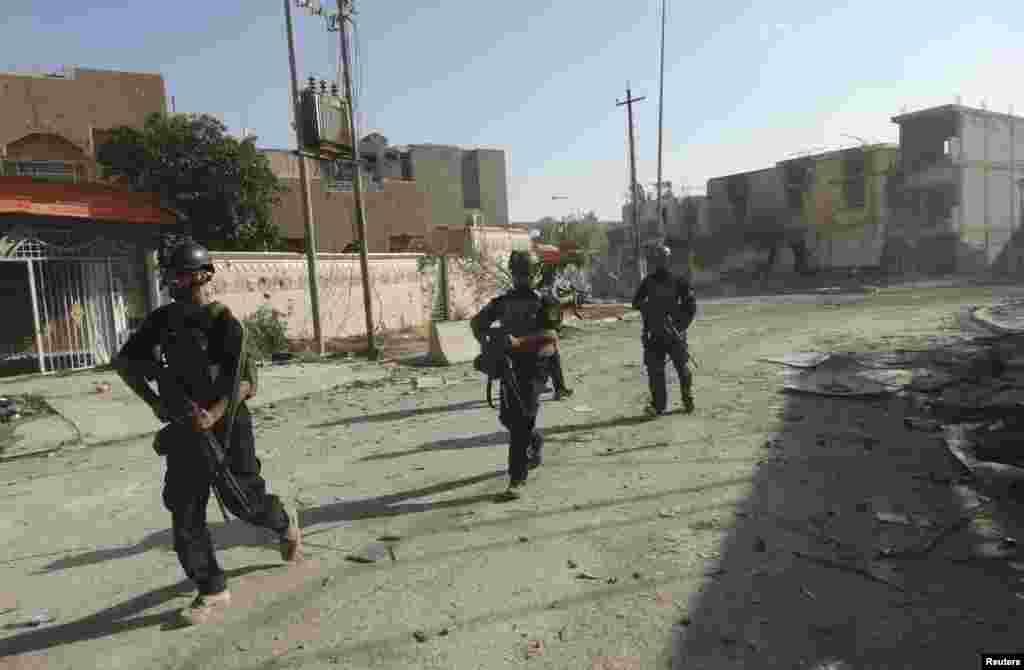 Iroq Maxsus amaliyotlar kuchlari vakillari jangarilar bilan kurashga tayyorlanmoqda, Ramadi, 19-iyun, 2014-yil.