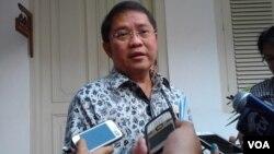 Menkominfo Rudiantara usai rapat terbatas di Istana Negara, Rabu 18/3 (foto: VOA/Iris).