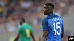 Le footballeur français Paul Pogba lors d'un match amical entre la France et le Cameroun à Nantes, France, le 30 mai 2016.