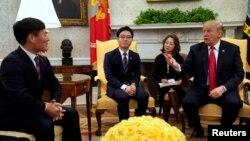 도널드 트럼프 미국 대통령이 2일 다양한 분야에서 활동하는 탈북민들을 백악관으로 초청해 환담했다.