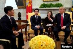 도널드 트럼프 미국 대통령이 지난해 2월 다양한 분야에서 활동하는 탈북민들을 백악관으로 초청해 환담했다.