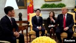 """川普總統在白宮會晤幾名""""脫北者""""。(2018年2月2日)"""