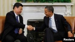 Presiden AS Barack Obama berjabat tangan dengan Xi Jinping yang saat itu masih menjabat sebagai Wakil Presiden China, di Ruang Oval Gedung Putih di Washington, 2012. (Foto: Dok)