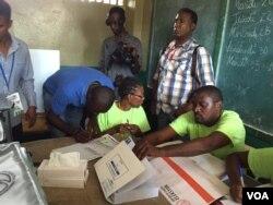 Voting in Haiti, Oct. 25, 2015. (J. Belizaire/VOA)