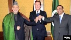 英國首相卡梅倫(中)主持阿富汗總統卡爾扎伊(左)和巴基斯坦總統扎爾達里(右)的會談。